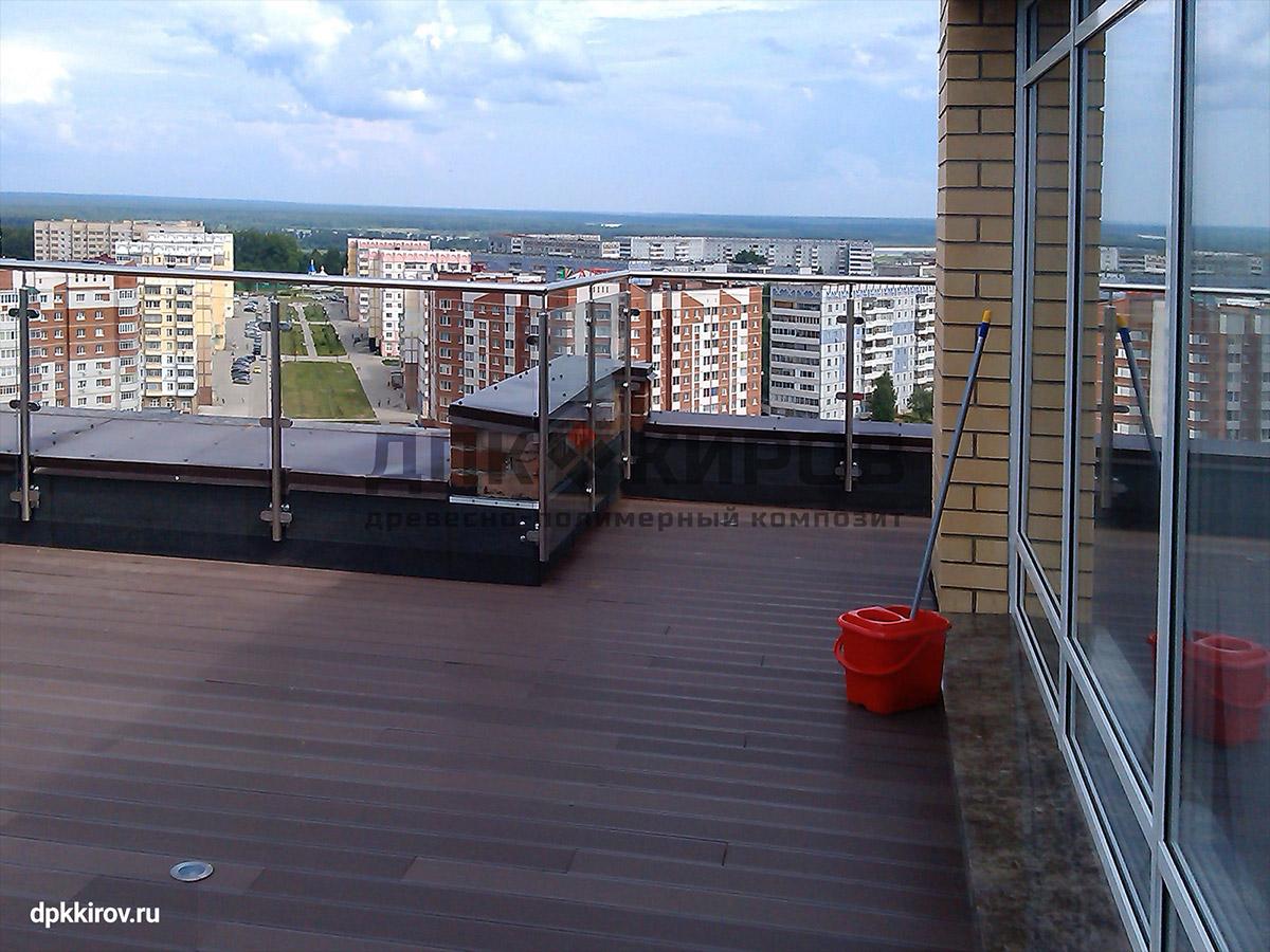 Площадка для кафе на крыше оформлена ДПК цвета «шоколад» и точечной подсветкой